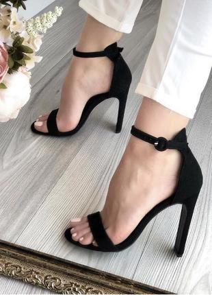 Босоножки на шпильке каблуке на выпускной новые чёрные велюровые бархатные с переплетом на широкую ногу