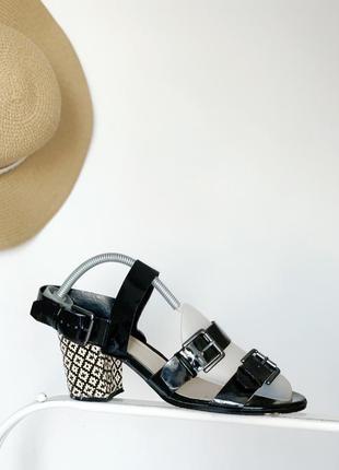 Чорні лакові босоножки з красивим каблуком