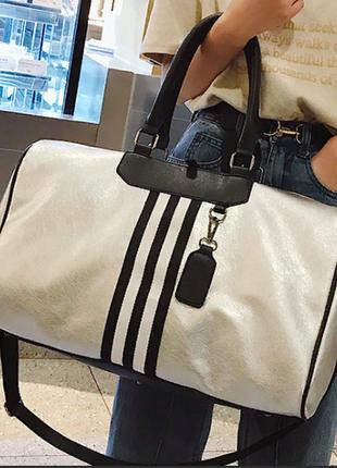 Серебристая с черной отделкой дорожная ,спортивная сумка из кожи pu