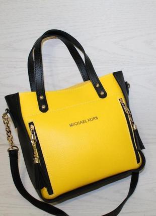 Желтая с черным женская сумочка на одно отделение с длинным ремешком