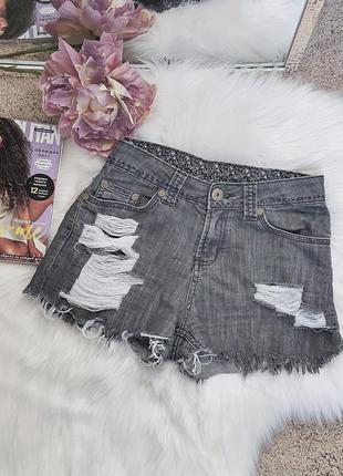 Мега крутые джинсовые шорты в рваностях.