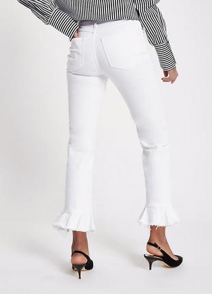 Белые актуальные джинсы.