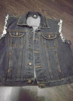 Серый джинсовый жилет