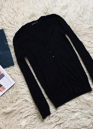 Стильный черный джемпер на пуговицах