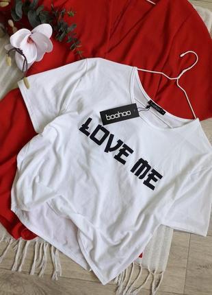 Стильная футболочка с надписью.
