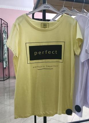 Стильна жовта футболка з надписом