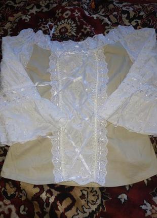 Красивая блуза с кружевом и завязками...плечи открыты. м размер.