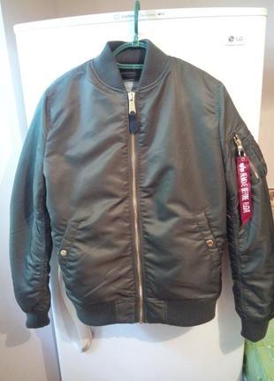 Куртка-бомбер с карманом на рукаве от бренда  alpha industries inc.