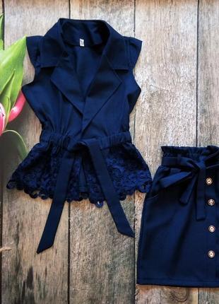 Костюм: жилетка, юбка.