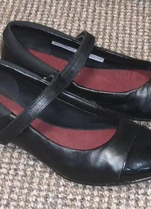 Туфли на девочку clarks. размер 35