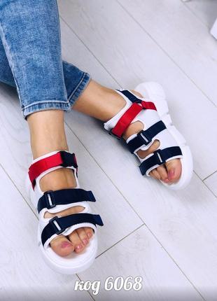 Спортивные черные босоножки из обувного текстиля  красно-синюю полоску