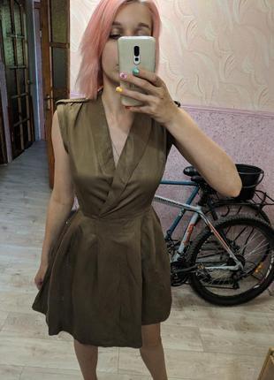 Платье цвета хаки в военном стиле с погонами