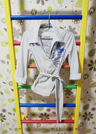 Крута рубашка на запах в полоску з об'ємним принтом в блакитних та фіолетових відтінках