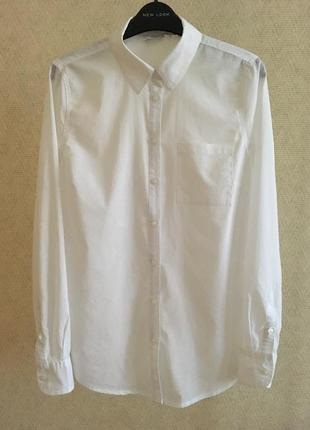 Белая рубашка прямого кроя.