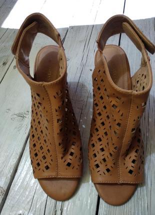 Босоножки на толстом каблуке с открытым носком и пяткой