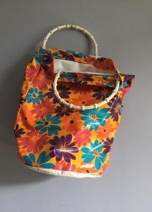 Винтаж , 70-х , сумка разноцветная в цветы из клеенки , ручки пластик бамбук