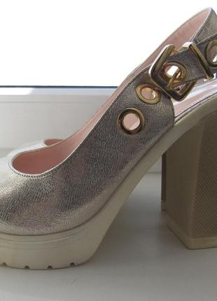 Классные босоножки на устойчивом каблуке