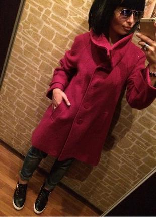 Эффектное пальто-трапеция цвета фуксия