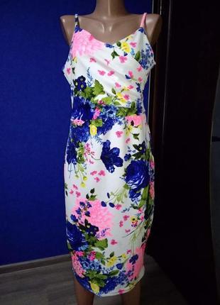 Розкішна сукня з яскравими квітами!