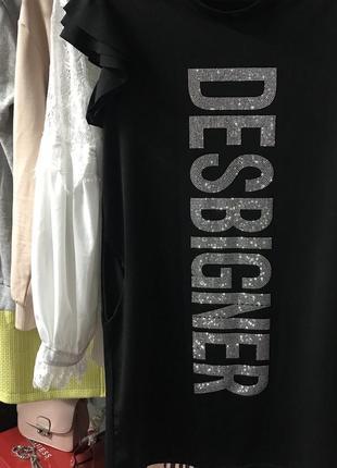Платье с надписью из блестящих страз с коротким рукавом воланом, рюши, с карманами