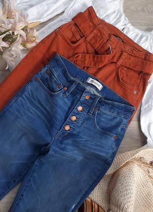 Джинсы с высокой посадкой. джинсы на пуговицах. джинсы клеш