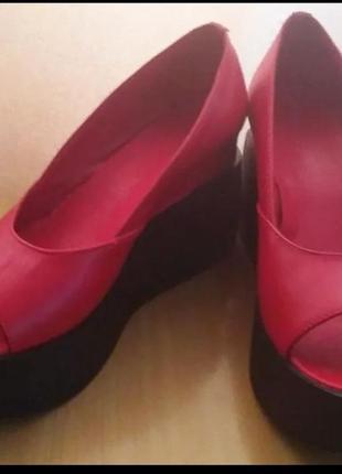 Красные туфли из натуральной кожи на высокой платформе