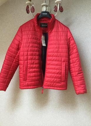 Отличная брендовая курточка на синтапоне.