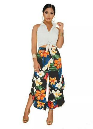 Стильный летний комплект брюки с цветочным принтом и белая блузка размер м