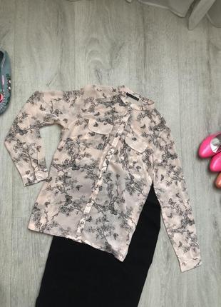 Пудровая шифоновая блуза с карманами на груди