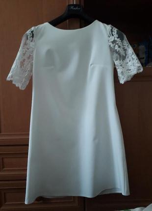 Белое платье свободного кроя из гипюрными рукавами