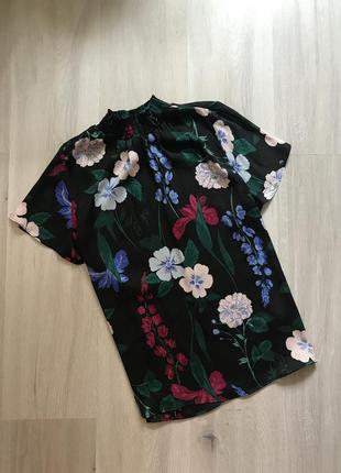 Блуза футболка в квітковий принт висока горловина / блузка в цветочный принт под горло