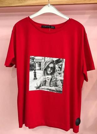 Трендова червона футболка з принтом-картинкою