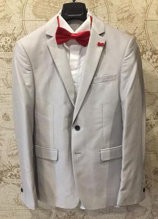 Мужской костюм, рубашка, красная бабочка