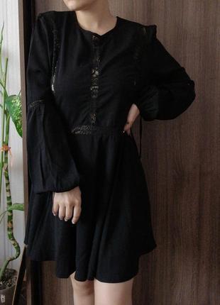 Маленькое чёрное платье с круживными вставками и рукавами фонариками.