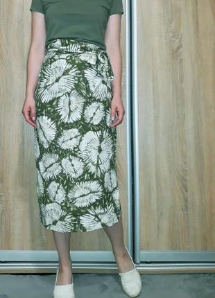 Крутая юбка-миди на запах с принтом тай-дай цвета хаки