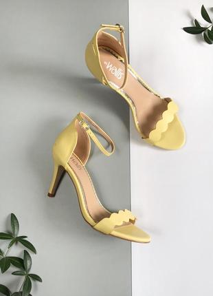 Лимонные босоножки с закрытой пяткой на каблуках
