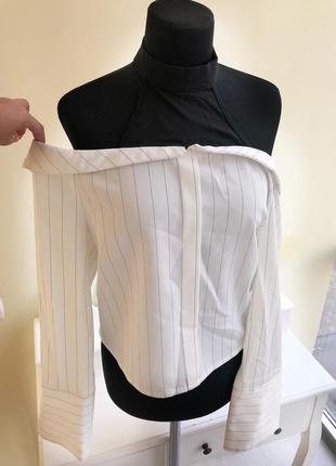 Стильная рубашка в полоску с открытыми плечами деловая классическая