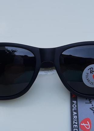 Солнцезащитные очки с поляризованной линзой.