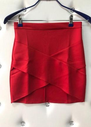 Яркая красная юбка