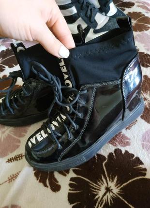 Стильные ботиночки с надписями .36 размер