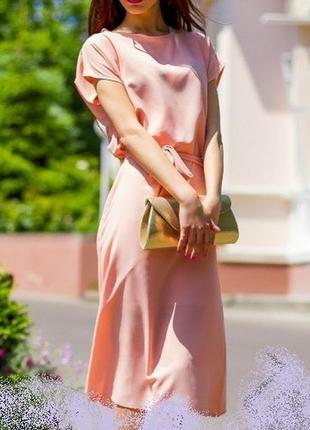 Нежное персиковое платье свободное элегантное воздушное с поясом и комбинацией