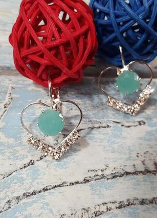 Бижутерия обворожительные новые сережки в форме сердечек с зеленым камушком и стразами