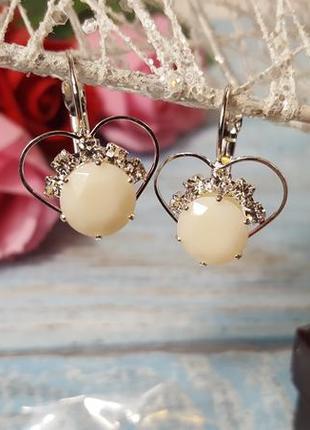 Бижутерия элегантные сережки в форме сердечек с белым камнем и камушками стразами