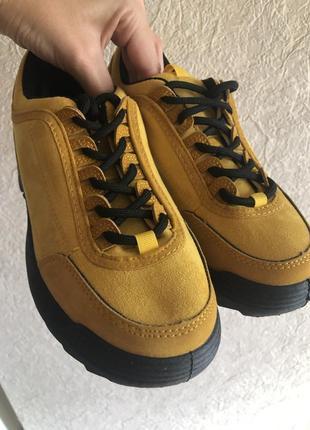 Яркие кроссовки под замш