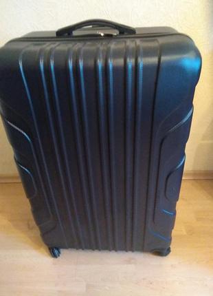 Дорожний чемодан на четырех колесах