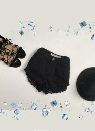 Черные джинсовые короткие шорты с высокой посадкой рваные с помпонами
