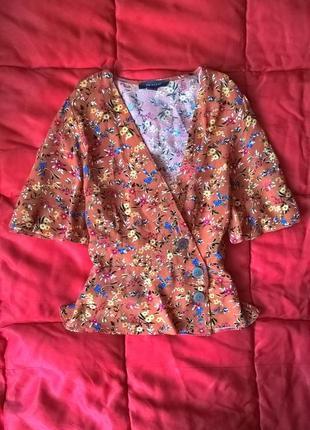 Актуальная блуза на запах в цветочный принт с рукавами воланам