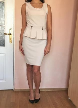Кремовое сексуальное платье миди с баской
