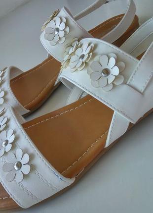 Белые босоножки сандалии декор цветы на низком ходу