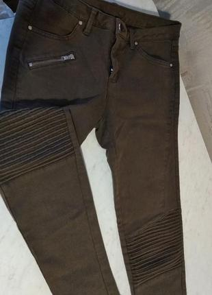 Укороченные джинсы болотного цвета